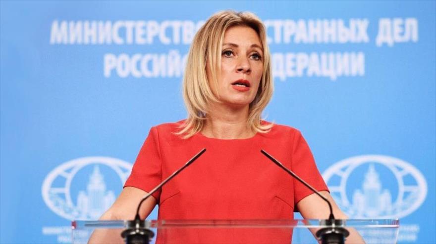 La portavoz de la Cancillería de Rusia, María Zajárova, habla en una rueda de prensa en Moscú (la capital).