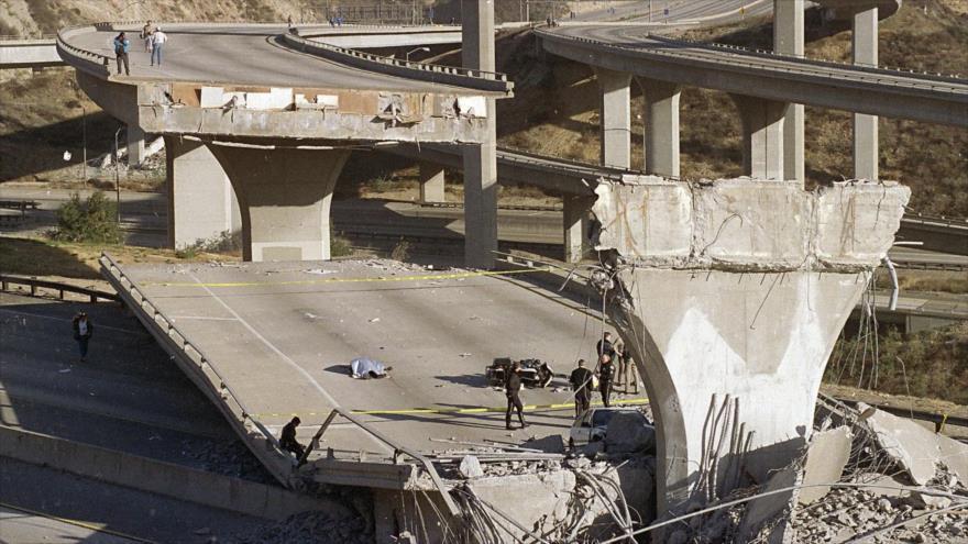 Una puente que se derrumbó durante el terremoto que afectó a Los Ángeles, EE.UU., en 17 de enero de 1994.