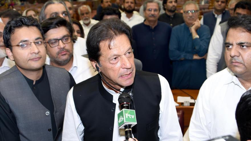 El premier paquistaní Imran Jan (C) se dirige a los legisladores luego de haber sido elegido por la Asamblea Nacional, 17 de agosto de 2018 (Foto:AFP).