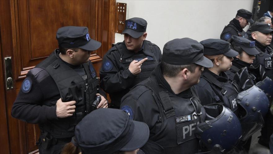 Oficiales de la Policia Federal Argentina frente a la residencia de Cristina Fernández en Buenos Aires, 23 agosto 2018 (Foto:AFP)