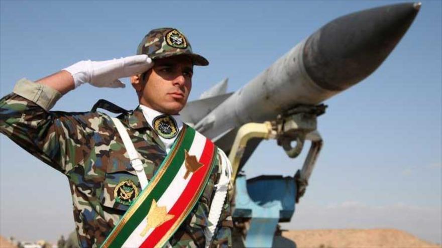 Un soldado iraní durante un desfile militar.