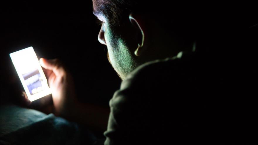El uso de celular o tableta en la oscuridad causa daños a la vista.