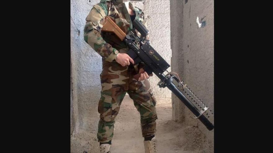 Un soldado sirio porta un rifle antidron excepional, nunca antes visto o utilizado en Siria. (Funete: Al Masdar News)