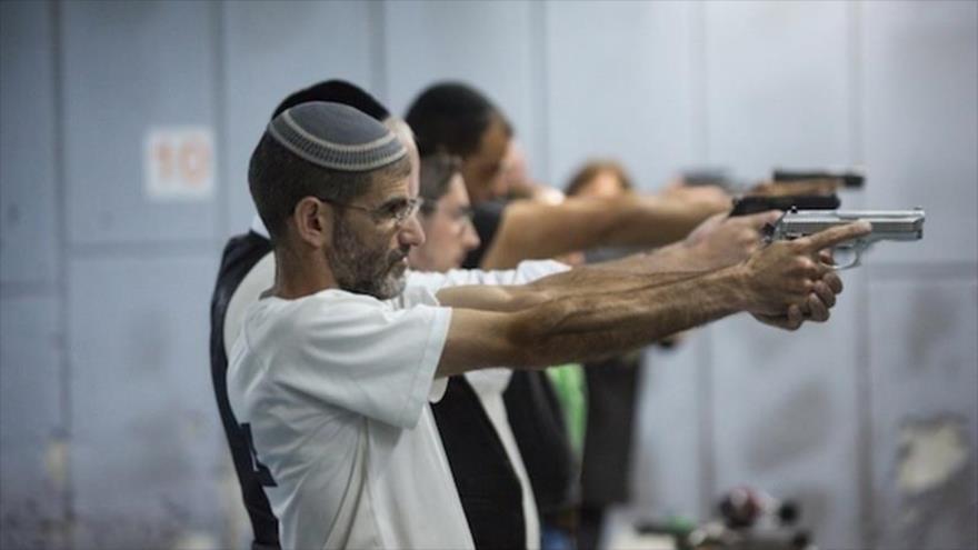 Israelíes participan en una clase de tiro en Al-Quds (Jerusalén).