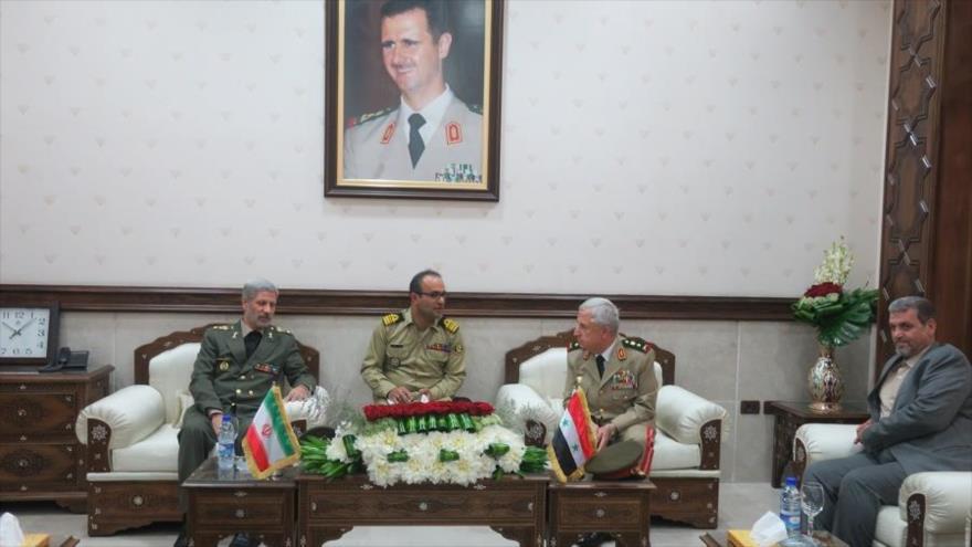 El ministro de Defensa de Siria, Ali Abdulá Ayoub (dcha.), se reúne con su par iraní, Amir Hatami, Damasco, 26 de agosto de 2018. (Foto: IRNA)