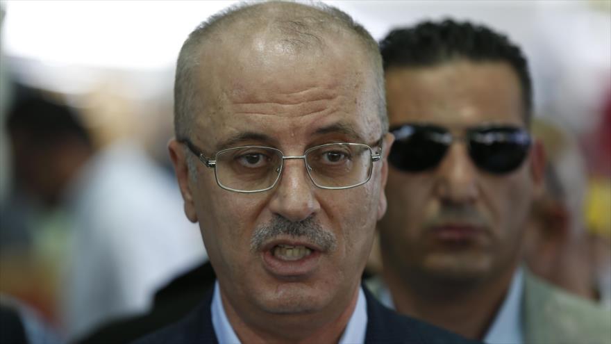 El primer ministro palestino, Rami Hamdalá, responde a la prensa en la aldea beduina de Khan al-Ahmar, en la ocupada Cisjordania, 14 de julio de 2018.