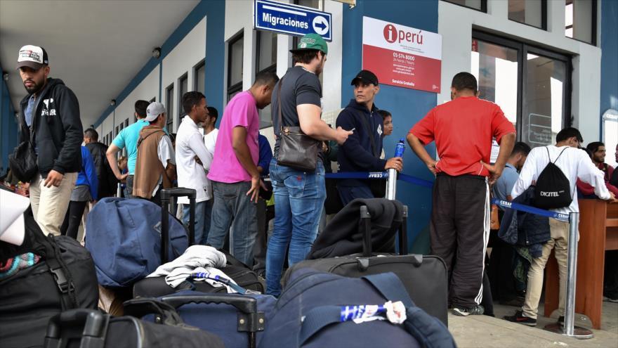 Venezolanos hacen fila en el centro de atención de la frontera binacional (CEBAF) en Tumbes, norte de Perú, en el límite con Ecuador, 24 de agosto de 2018.