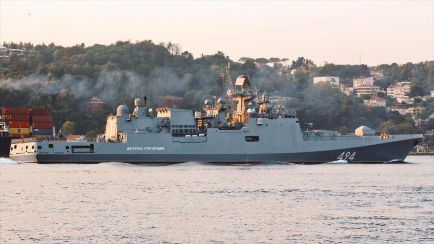 La fragata rusa Almirante Grigorovich, armada con misiles Kalibr, navega rumbo hacia el Mediterráneo.