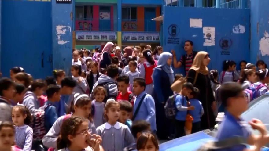 Niños palestinos comienzan clases pese a déficit presupuestario