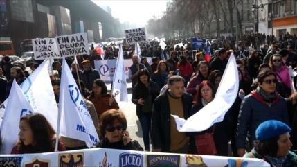 Profesores chilenos marchan contra agobio laboral y bajos sueldos