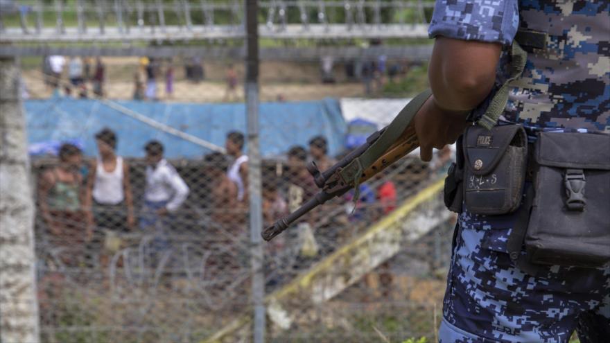"""Un agente fronterizo birmano vigila la zona de """"tierra de nadie"""" entre Myanmar y Bangladés, 24 de agosto de 2018. (Foto: AFP)"""