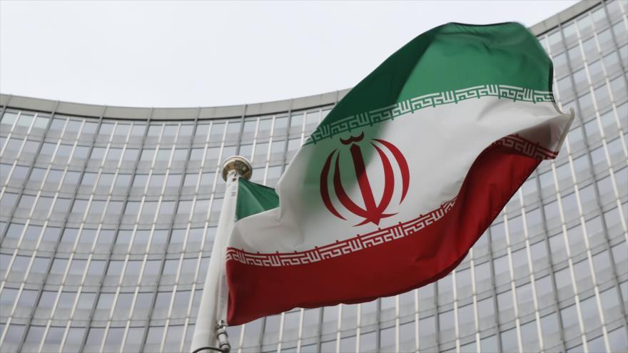 Una bandera iraní flamea frente a la sede de la Agencia Internacional de Energía Atómica (AIEA) en Viena, Austria.