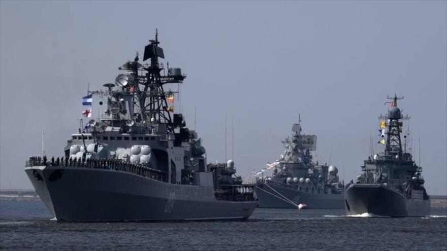 Buques de guerra rusos entrenan en San Petersburgo (oeste de Rusia) durante unas maniobras militares.