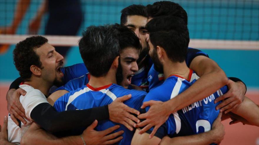 Integrantes del equipo de voleibol iraní durante la final de los Juegos Asiáticos de 2018, 1 de septiembre de 2018 (Fuente: @IRIVF).
