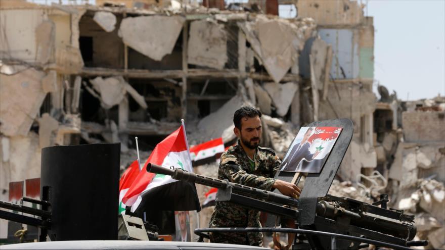 Fuerzas sirias izan la bandean nacional en la localidad de Hayar al-Aswad, en el sur de Damasco, 24 de mayo de 2018. (Fuente: AFP)