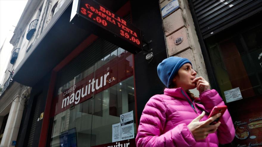 Una mujer frente a una casa de cambio en Buenos Aires, capital de Argentina.