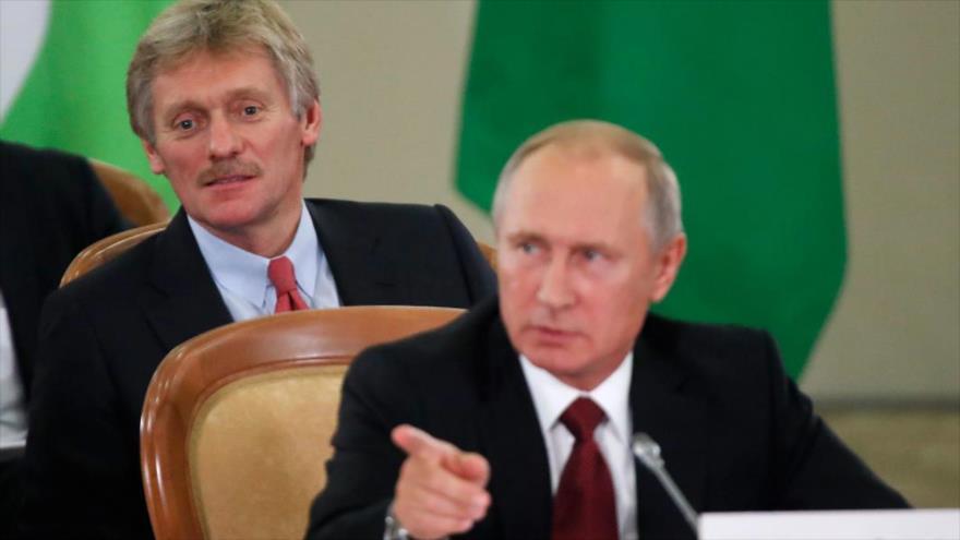 El presidente ruso, Vladimir Putin (de frente), junto a su portavoz, Dmitri Peskov, asisten a una reunión.