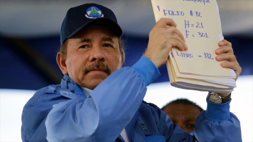 El presidente de Nicaragua, Daniel Ortega, muestra unos documentos durante el 51.º aniversario de la campaña de Pancasán, 22 de agosto de 2018.