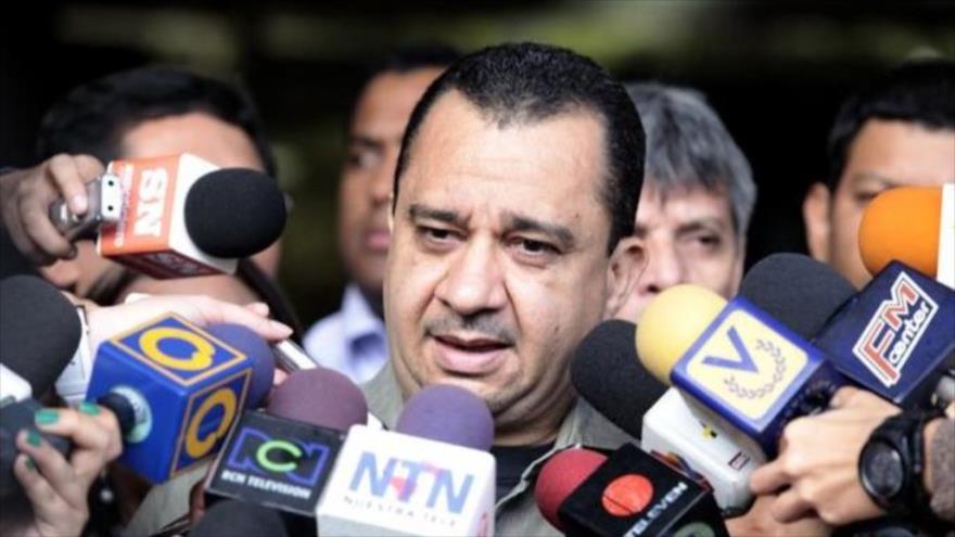 El presidente de la Comisión de Comunas de la Asamblea Nacional Constituyente (ANC) de Venezuela, Julio Chávez, habla con los periodistas.