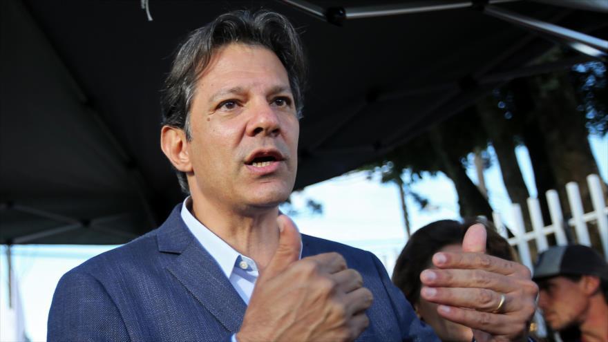 Fernando Haddad, compañero de fórmula de Luiz Inácio Lula da Silva, para las presidenciales, habla con la prensa en Curitiba, 3 de septiembre de 2018 (Foto: AFP).