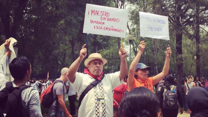Miles de estudiantes mexicanos protestan por violencia en la UNAM