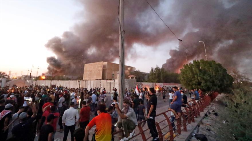 Los manifestantes iraquíes se filtran en un edificio oficial mientras se manifiestan contra el Gobierno iraquí en Basora, 6 de septiembre de 2018.