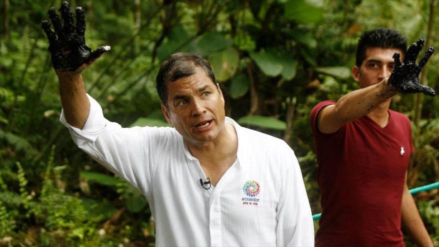 El expresidente ecuatoriano Rafael Correa con su mano manchada de crudo de un reservorio antiguo de desechos petroleros, en el pozo Aguarico 4. (Foto: Efe)
