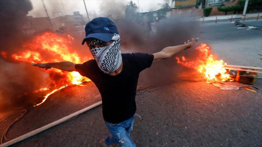 Unos manifestantes iraquíes prenden fuego durante una protesta en la ciudad de Basora, en el sur de Irak, 3 de septiembre de 2018. (Foto: AFP)
