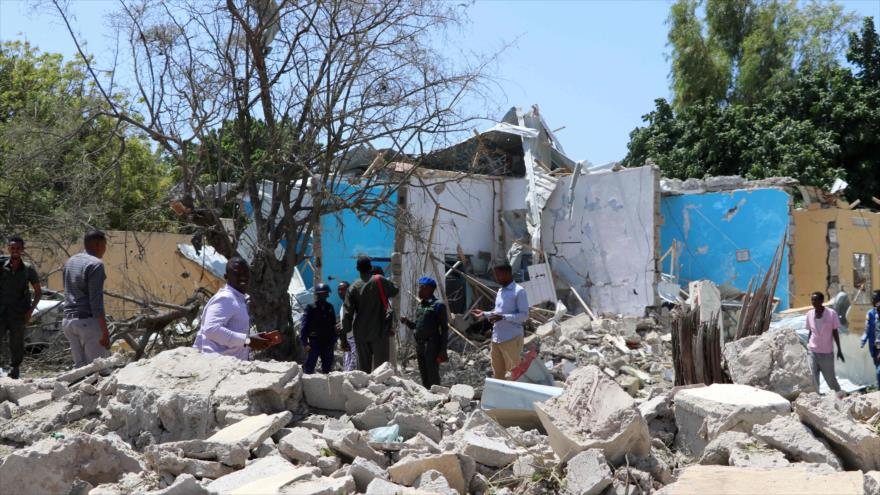 Autoridades inspeccionan un barrio de Mogadiscio (Somalia) afectado por un atentado terrorista, 1 de septiembre de 2018. (Foto: AFP)