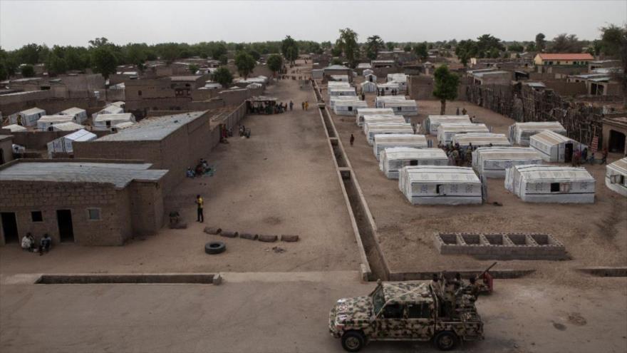 Un vehículo del Ejército de Camerún patrulla una calle en el país.