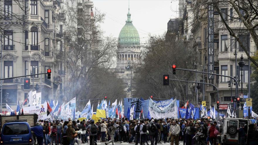 Argentinos se manifiestan contra políticas económicas de Macri