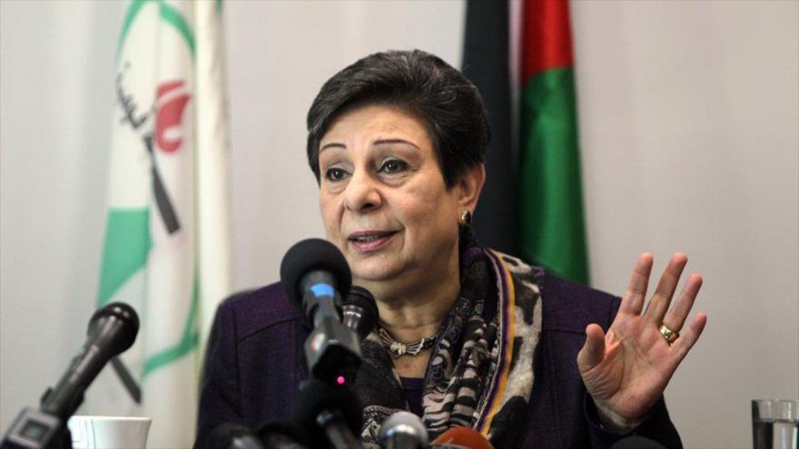 Hanan Ashrawi, miembro del comité ejecutivo de la OLP, ofrece una rueda de prensa desde Ramalá.