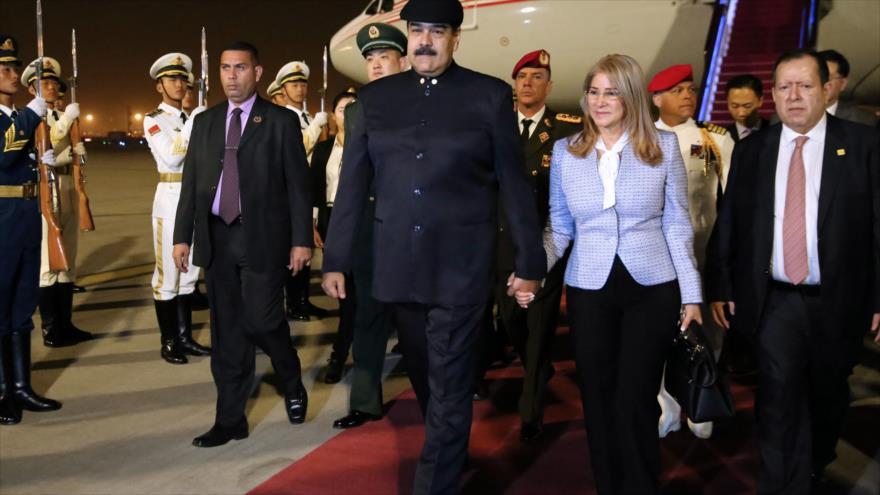 El presidente venezolano, Nicolás Maduro (centro), y su esposa, Cilia Flores, arriban a Pekín (capital de China), 13 de septiembre de 2018. (Foto:AFP)