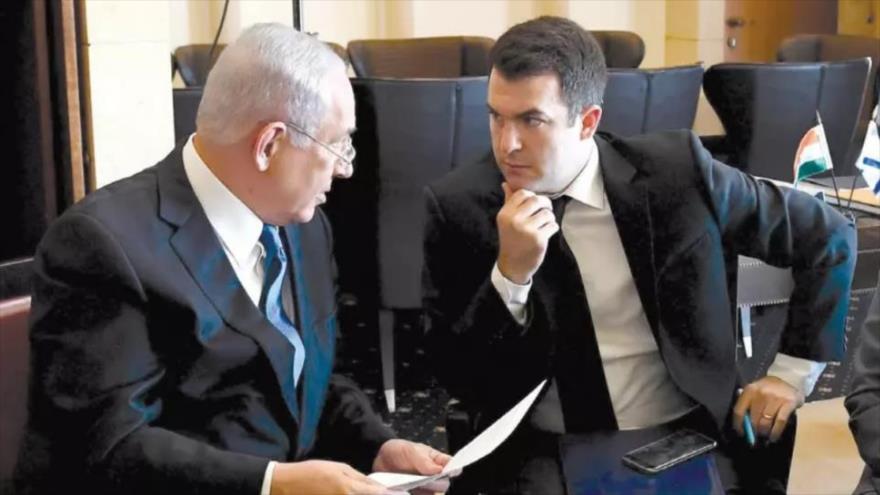 El premier israelí, Benjamín Netanyahu (izq.), junto a su portavoz ante los medios extranjeros, David Keyes.