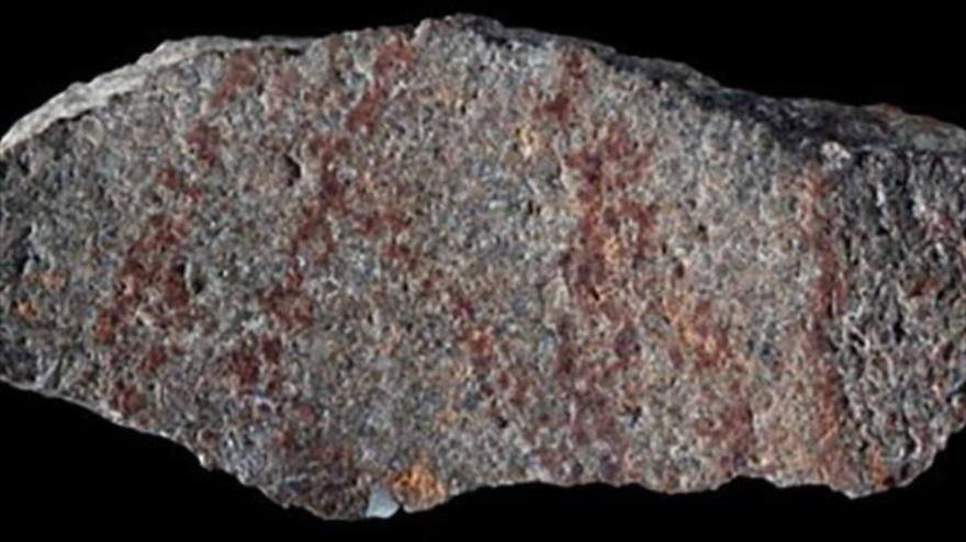 La piedra con trazos hechos a lápiz, de 73 000 años, hallada en la costa sur de Sudáfrica, 22 de febrero de 2018 (Foto: Nature).