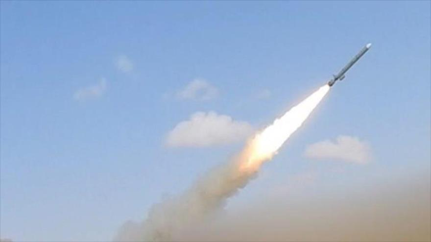Fuerzas yemeníes lanzan misil contra base militar en Arabia Saudí