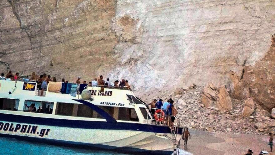 Vídeo: Cae enorme roca y deja siete heridos en playa de Grecia