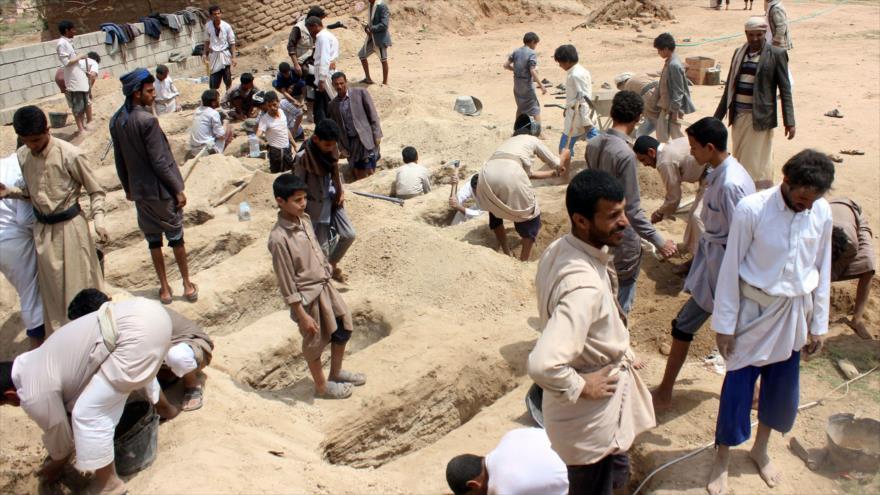 Yemeníes cavan tumbas para los niños muertos en el bombardeo contra un autobús escolar, 10 de agosto de 2018 (Foto: AFP).