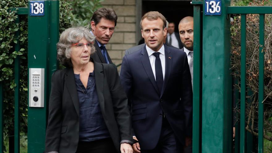 Presidente francés Emmanuel Macron y la hija de Maurice Audin, matemático asesinado por militares galos en Argelia, 13 de septiembre de 2018. (Foto:AFP)