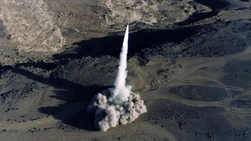 Un misil balístico, tipo Badr-1, lanzado por el Ejército y las fuerzas del movimiento popular Ansarolá de Yemen.