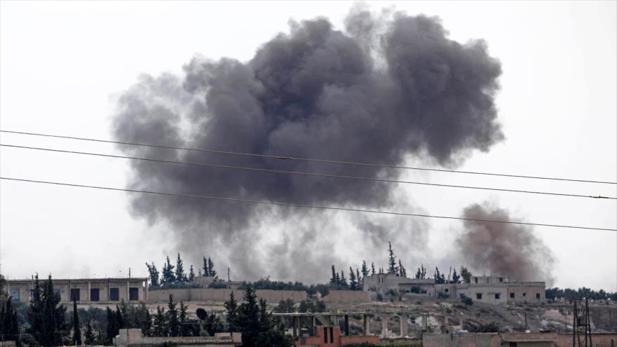 Columnas de humo tras una ofensiva antiterrorista de las fuerzas sirias cerca de Al-Habit, en el sur de Idlib, 9 de septiembre de 2018 (Foto: AFP).