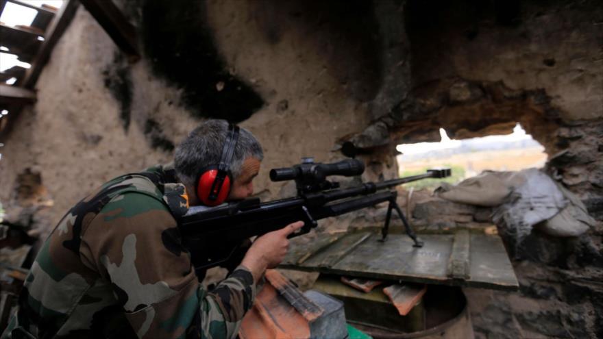 Un francotirador del Ejército sirio durante operaciones militares en contra del grupo terrorista EIIL (Daesh, en árabe).
