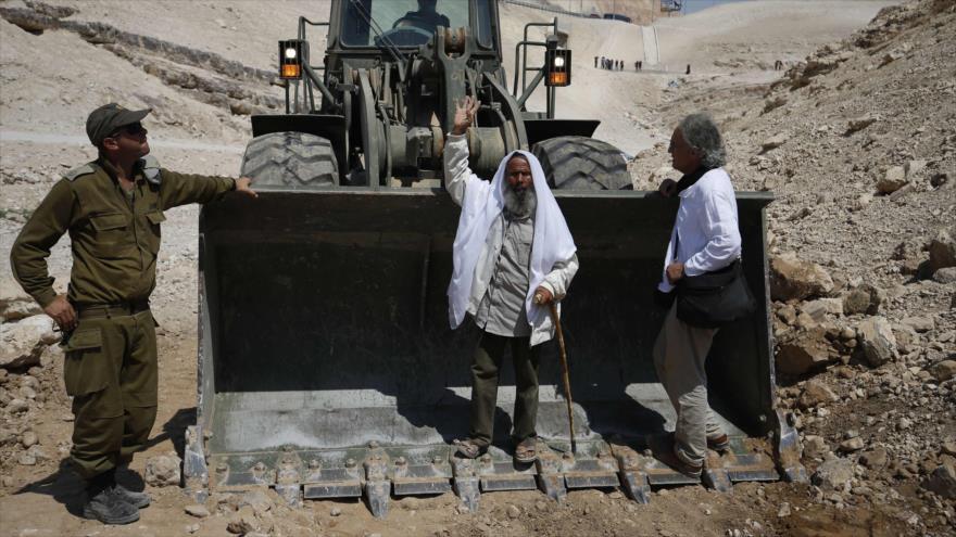 Un palestino protesta contra la demolición de viviendas por soldados israelíes en la aldea de Jan al-Ahmar, 14 de septiembre de 2018. (Foto: AFP)