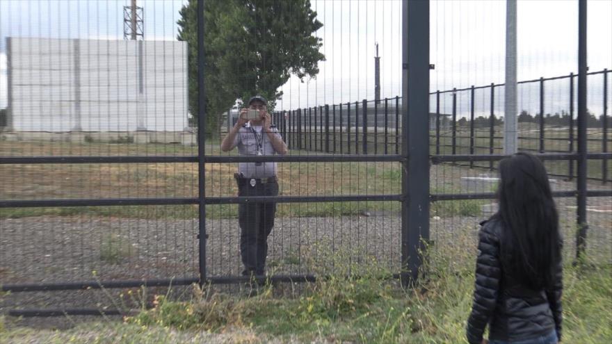 Un guardia del laboratorio biológico Lugar Center graba a periodistas que intentan entrar en el interior del sitio del Pentágono en la capital de Georgia, Tbilisi.