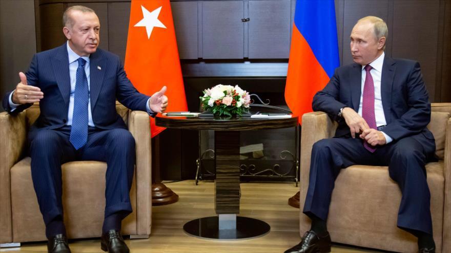 El presidente de Rusia, Vladimir Putin, y su par turco, Recep Tayyip Erdogan, en una reunión en Sochi, 17 de septiembre de 2018. (Foto: AFP)