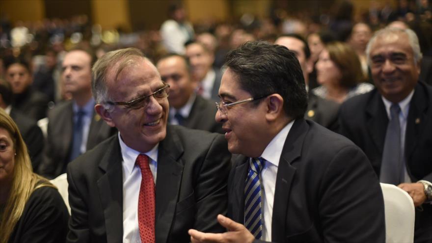 El procurador de DDHH de Guatemala, Jordan Rodas (dcha.), habla con el director de la CICIG, Iván Velásquez, 7 de mayo de 2018. (Foto: AFP)