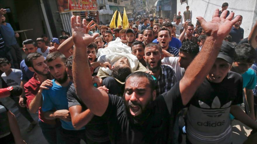 Palestinos portan el cuerpo de un adolescente asesinado por soldados israelíes en la Franja de Gaza, 19 de septiembre de 2018. (Foto: AFP)