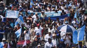 Miles de guatemaltecos protestan con gritos de 'fuera Jimmy'