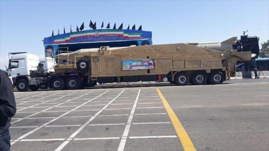 Fuerzas iraníes muestran avanzados misiles y armamento en desfile