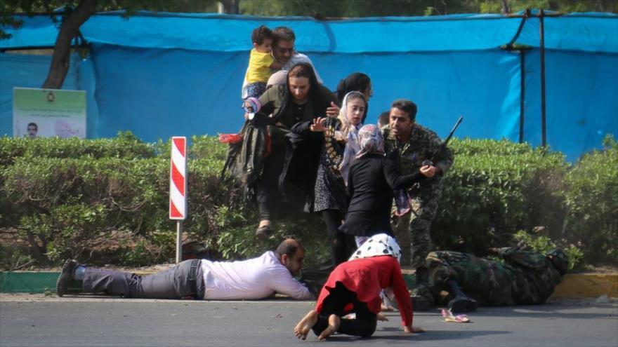 Soldados apoyan a los civiles tras el ataque terrorista contra el desfile militar en Ahvaz, suroeste de Irán, 22 de septiembre de 2018. (Foto: Mehr News Agency)